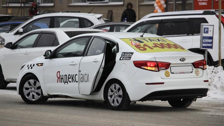 За год количество вакансий для таксистов в Омске выросло в четыре раза
