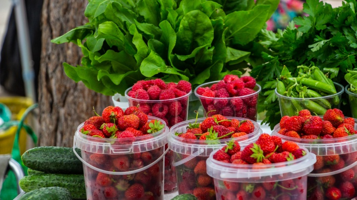 Ягода малина: дачницы рассказали, по каким ценам продают свой урожай на улицах Омска