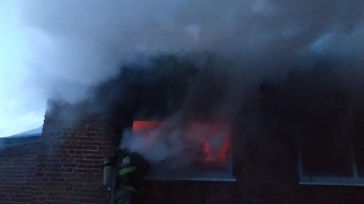 В Тюмени загорелся склад с бумагой. Тушить огонь съехались 15 пожарных машин