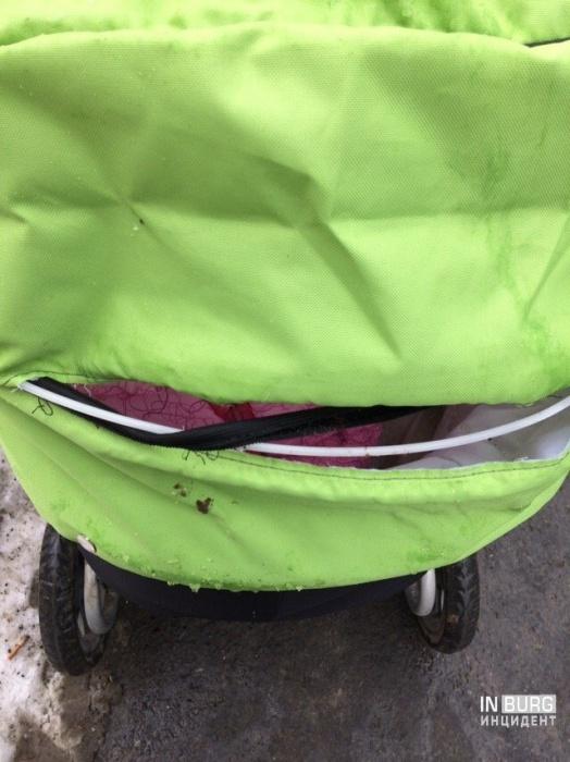 В центре Екатеринбурга глыба льда упала на коляску