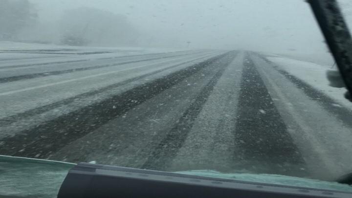«А мы на летней резине»: загородные трассы завалило снегом и градом