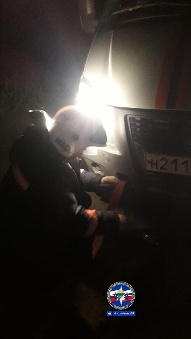 Спасатели помогли мужчине вытащить застрявший автомобиль