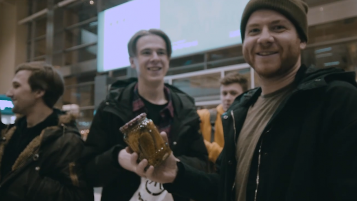 В аэропорту встретил парень с огурцами: Екатеринбург засветился в фильме о туре группы Enter Shikari