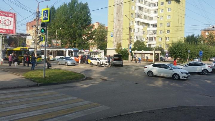В Перми из-за ДТП на улице Мира остановилось движение трамваев