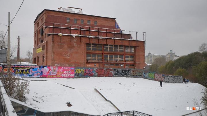 Недостроенную гостиницу «Дели» у цирка решили продать через сайт объявлений за 700 миллионов