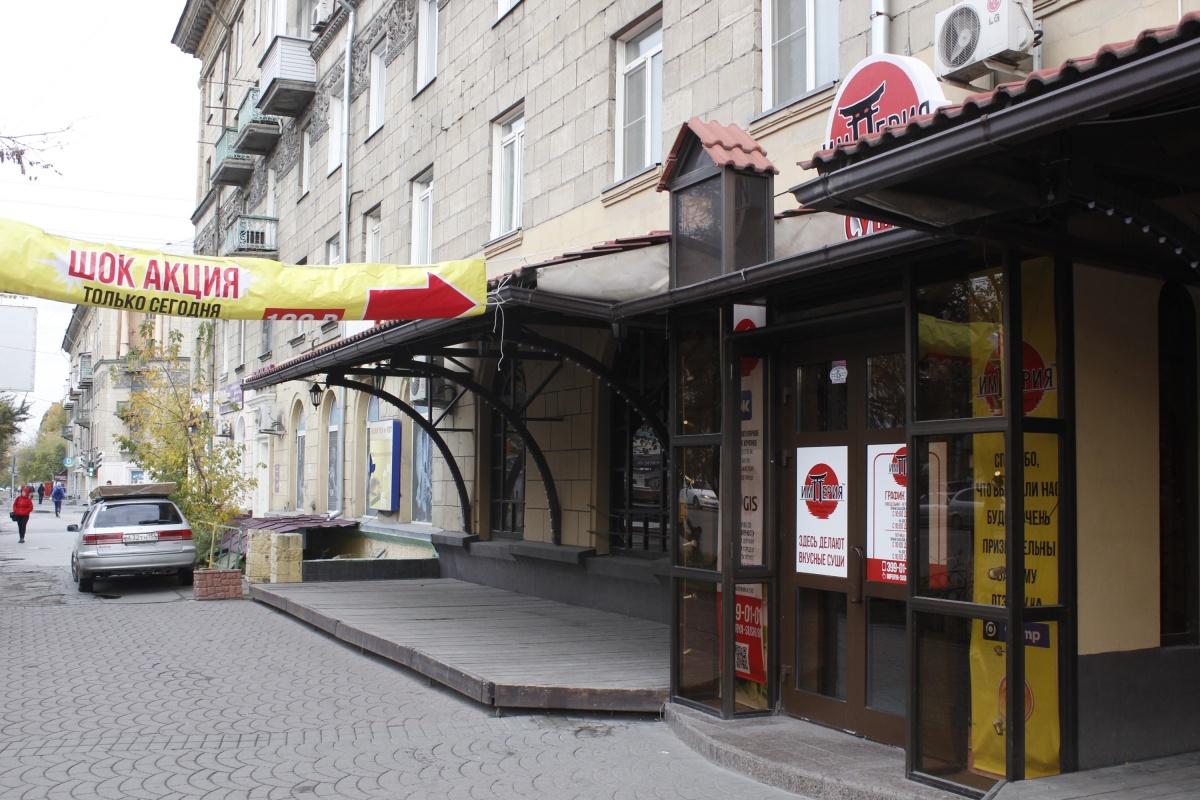 Новые арендаторы не стали переделывать фасад, доставшийся им от «Тихой площади»