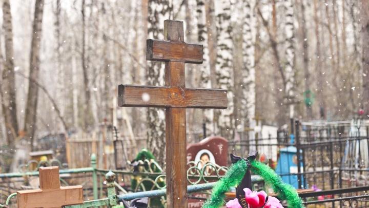 Власти нашли способ cэкономить на уборке кладбищ — туда отправили работать провинившихся горожан