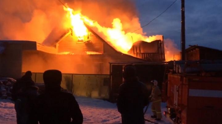 «Район безводный»: в Копейске сгорел дом из-за пожара в бане