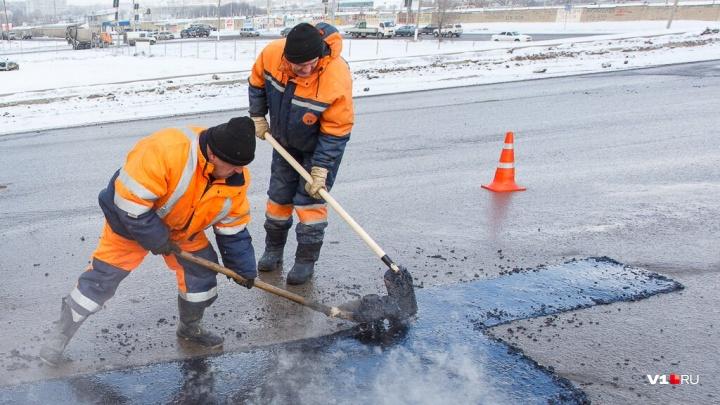 «Это уже не красная карточка»: в Волгограде после снегопада начали латать истрепавшийся асфальт