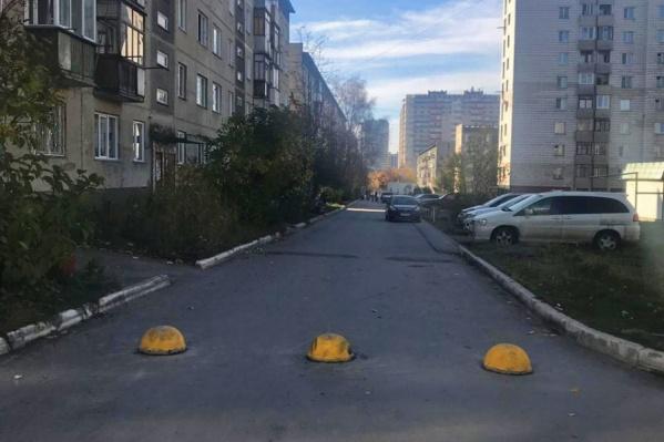 Водители использовали дорогу между домами, чтобы попасть к школе, детскому саду или просто объехать пробку на загруженной магистрали