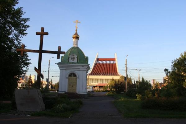 Теперь собор предлагают разместить на этом месте. Раньше его хотели поставить вместо памятника Ленину