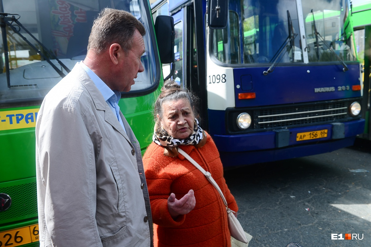 Одна из пассажирок пожаловалась директору муниципальной транспортной инспекции на большие интервалы в движении автобусов
