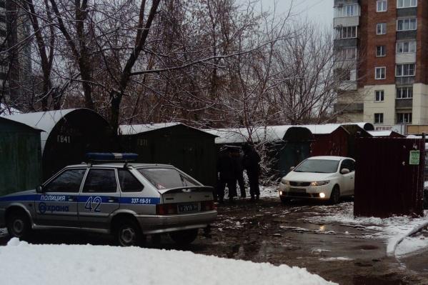 """Тело женщины было обнаружено возле дома <nobr class=""""_"""">№ 30/2</nobr> по улице Героев Революции"""