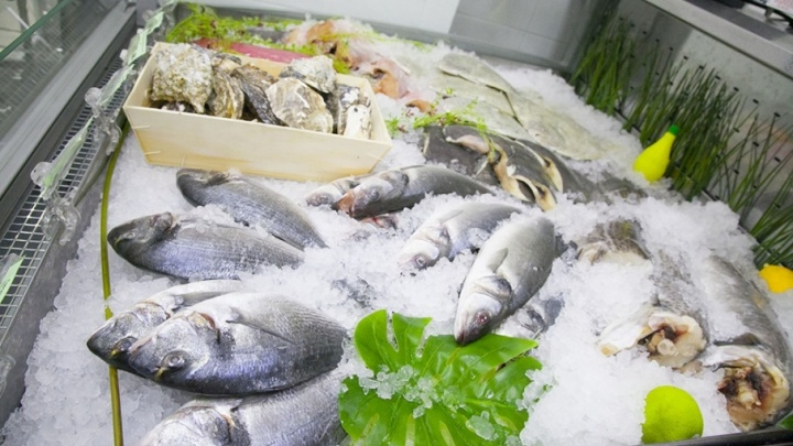 Осторожно! Курганцы жалуются на червивую рыбу в магазинах города