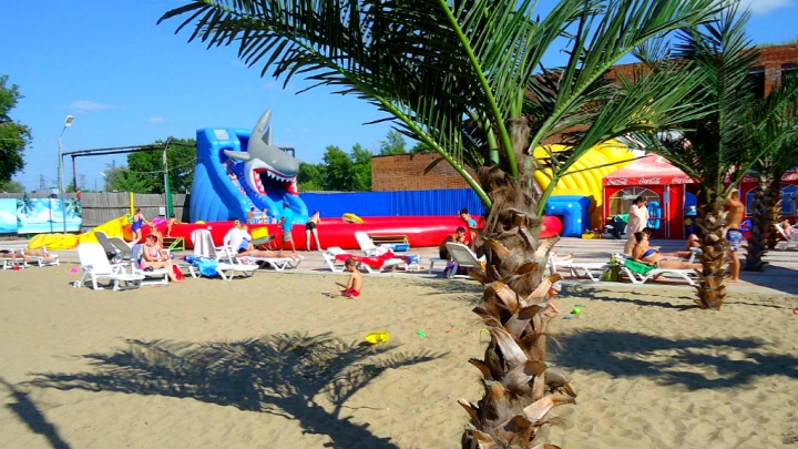 Летний пляж с горками, бассейнами и лежаками открылся в Новосибирске