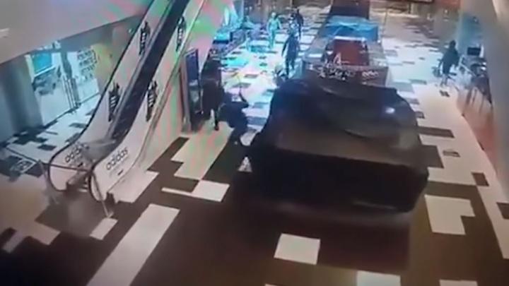 В Екатеринбурге начали судить банду из 12 человек, напавших с битами на торговый центр
