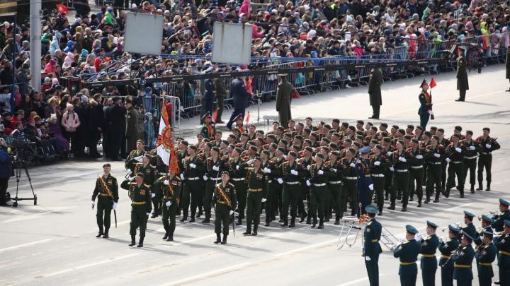 Сотни новосибирцев пришли в центр на парад