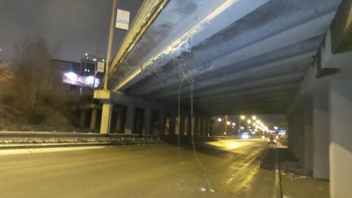 На Объездной грузовая машина повредила мост и скрылась с места происшествия