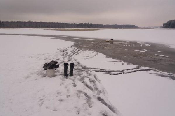 На льду остались только сапоги и ведро