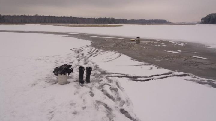 «Толщина льда всего 3–4 сантиметра». В Свердловской области водолазы достали утонувшего рыбака