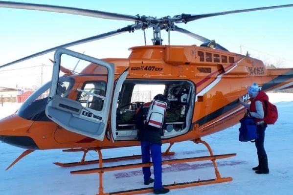 Малыша перевезли в Екатеринбург на вертолете