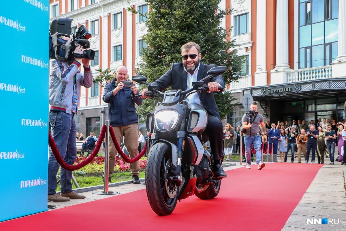 Фестиваль открыл Пореченков на железном коне