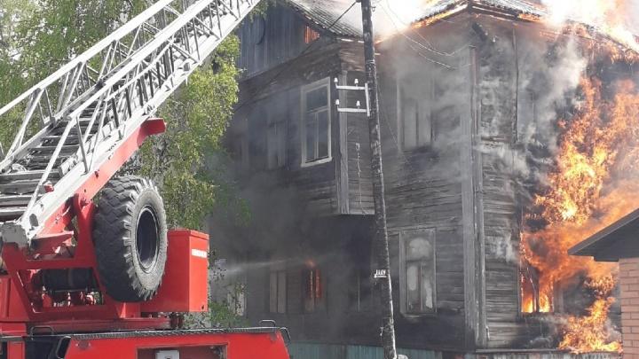 «Это было внезапно»: в центре Архангельска сгорела очередная «деревяшка»