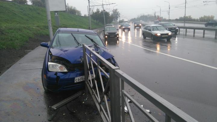 Молодого водителя занесло на мокром асфальте прямо в ограждения