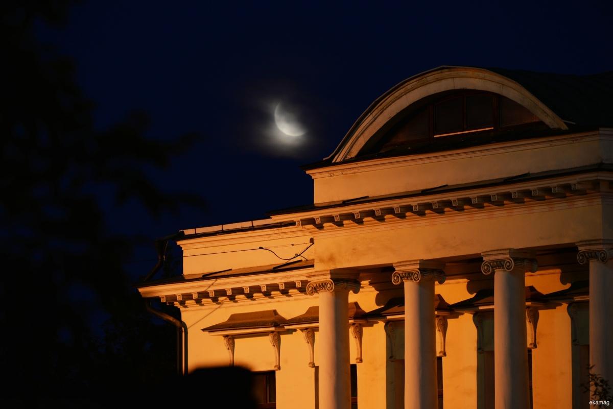 А на этом снимке луна в дымке