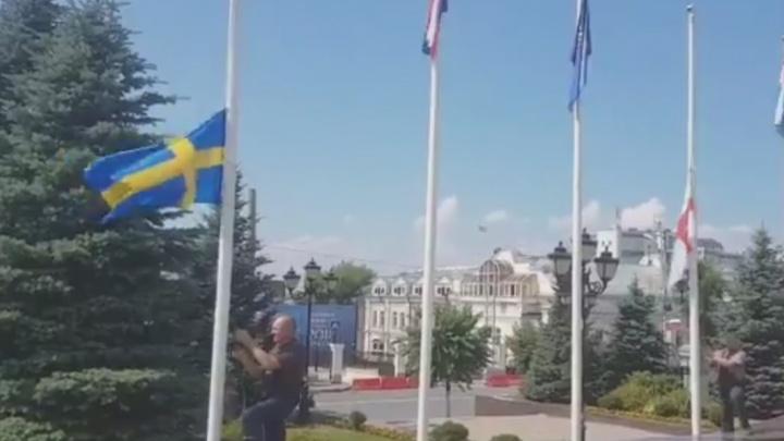 Около здания самарской мэрии подняли флаги Швеции и Англии