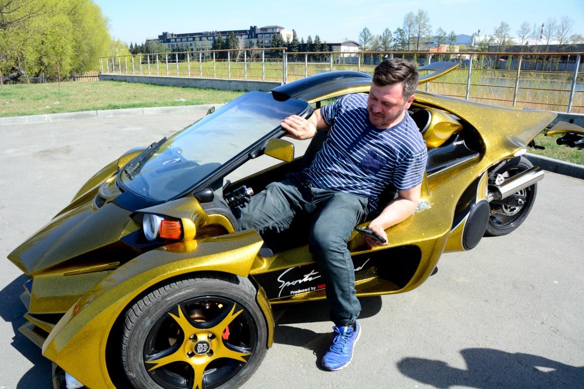 Тёзка создателя трайка Олег попросил разрешения сесть за руль. Процесс, кстати, требует некоторой гибкости, но уже на месте Олег констатировал, что эргономика очень удобная даже для человека массой под 100 кг