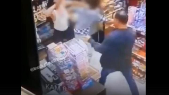 В Уфе вооружённый куском стекла мужчина ворвался в магазин