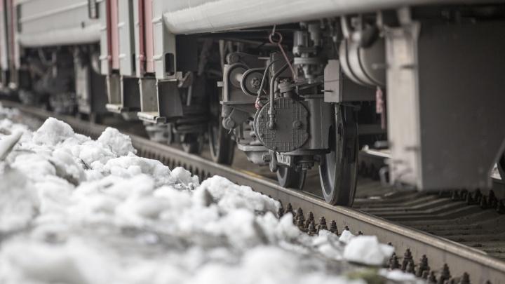 «Вытащил из-под поезда, бросил на снег и поехал дальше»: очевидцы рассказали как спасали сбитого подростка