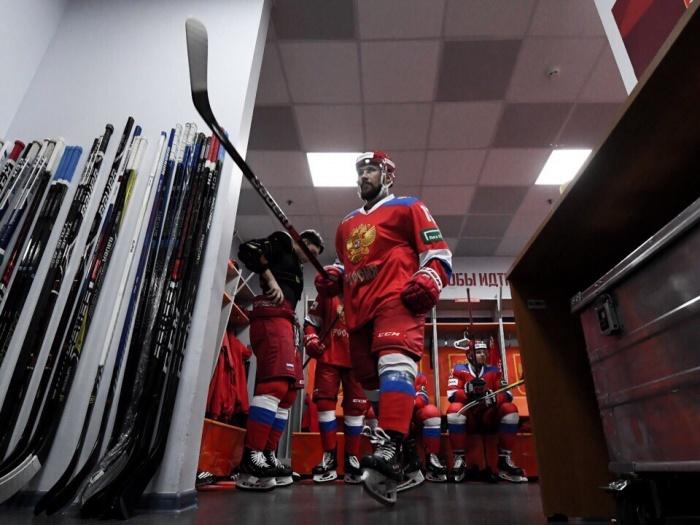 Анатолий Голышев отправил шайбу в пустые ворота