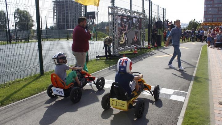 Во дворе рядом с Димитровским мостом запустили детскую гоночную трассу