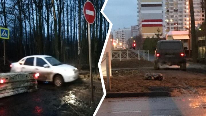 Перекрыли Тутаевское шоссе: водители рванули по тротуарам и через перекрытия. Трансляция