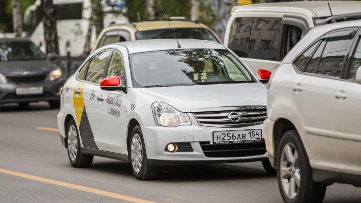 Новосибирец постоянно жаловался на водителей «Яндекс.Такси». А потом заметил, что ему подняли тариф