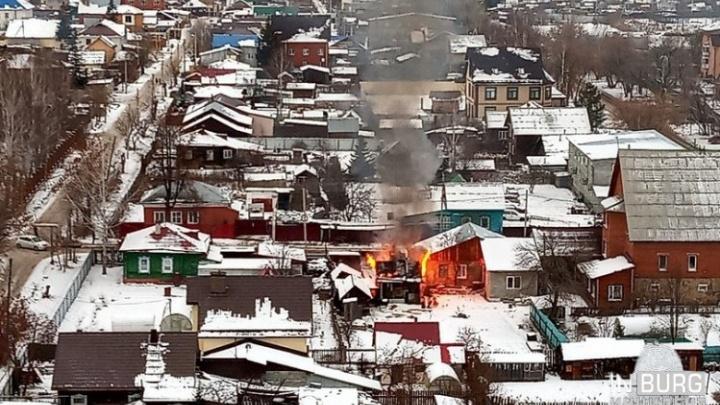 Ожоги 90% тела: в пожаре в частном секторе Уралмаша погиб мужчина