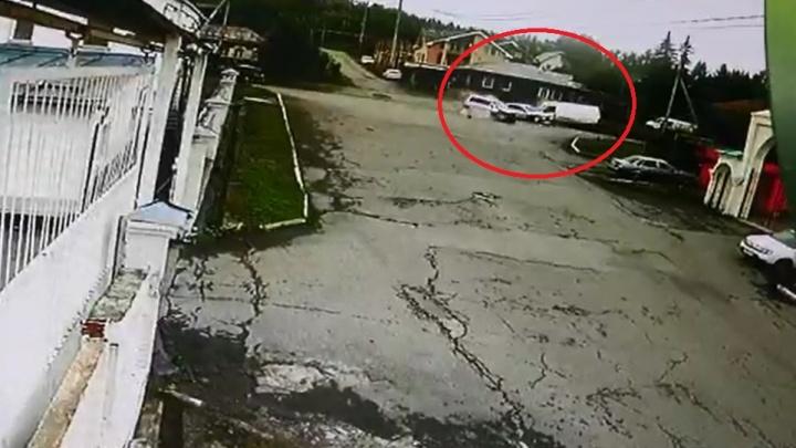 Массовая авария на окраине Екатеринбурга, в которой пострадали четыре человека, попала на видео