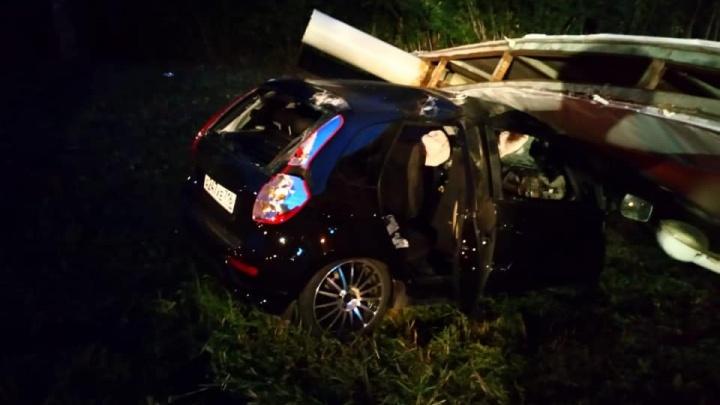 Есть погибшие: в Башкирии автомобиль съехал в кювет и сбил рекламную опору