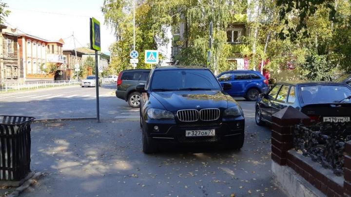 «Я паркуюсь, как...»: автохам у здания прокуратуры и BMW на тротуаре в центре Тюмени