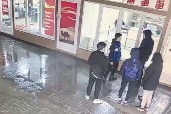 Драка, закончившаяся убийством подростка, попала в объектив камер