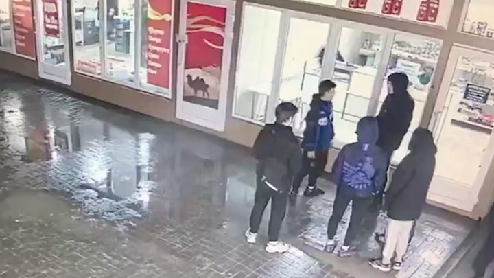 «Оттирал вещи от крови»: убийство 16-летнего студента колледжа попало на видео