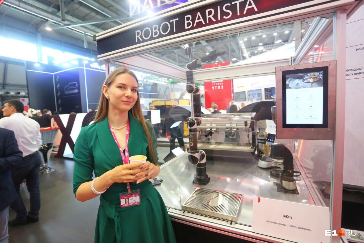 Если не повезло, продолжайте экскурсию по выставке. Следующий пункт —стенд «Ростеха». Здесь есть робот, который умеет варить кофе. Выбор большой — от американо до флэт-уайт