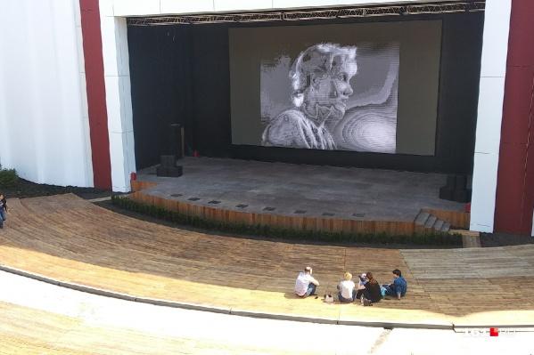 Экран над сценой установили в прошлом году