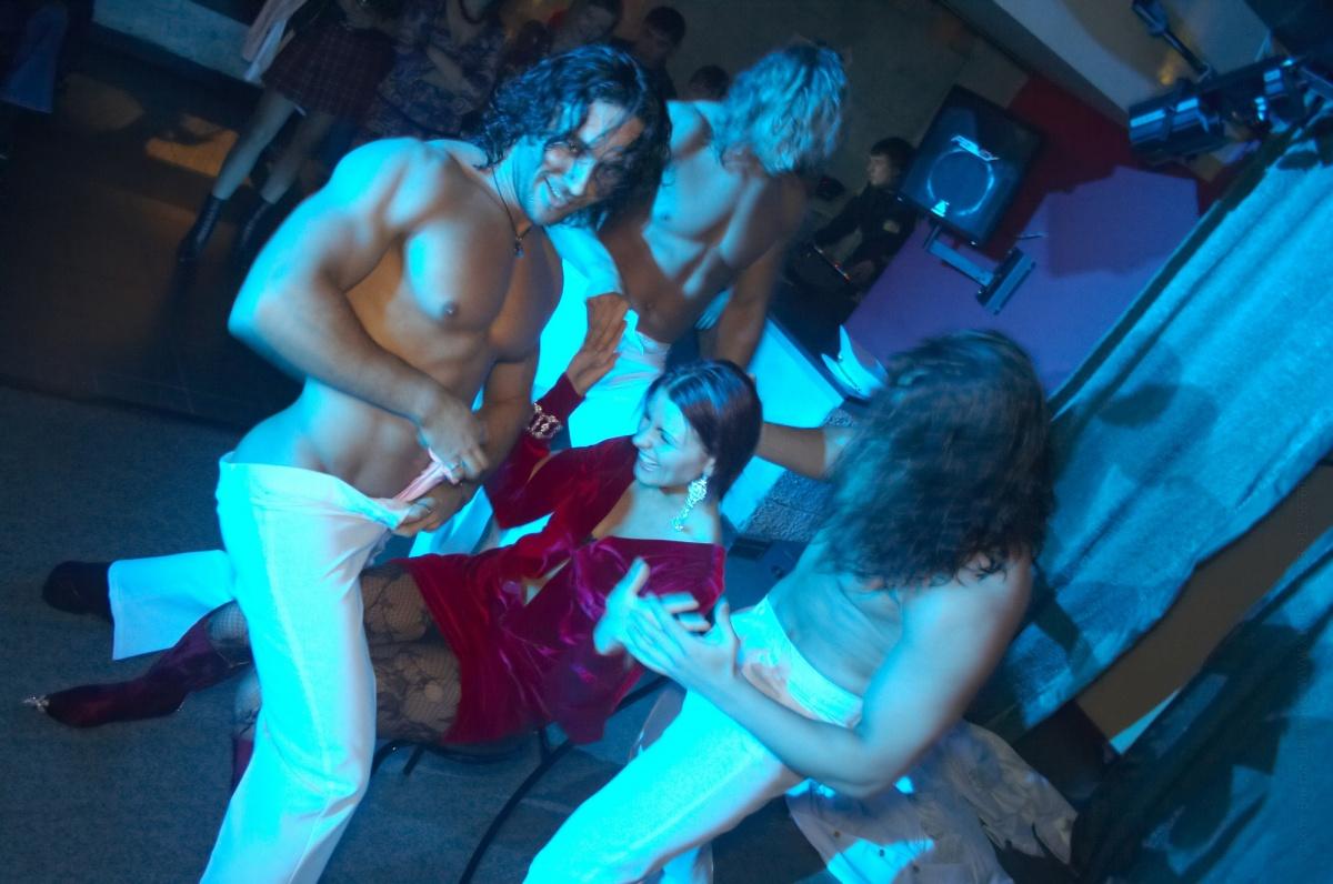 Пьяные подружки сосут у стриптизёров в клубе секс фото и