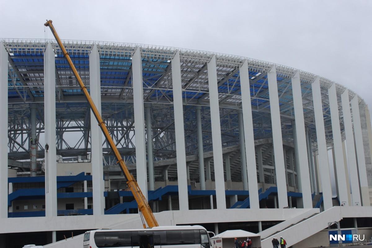 Около стадиона еще стоит кран.