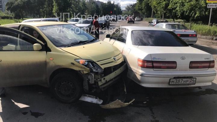 Женщина на «Тойоте» замешкалась на перекрёстке и устроила аварию из трех машин