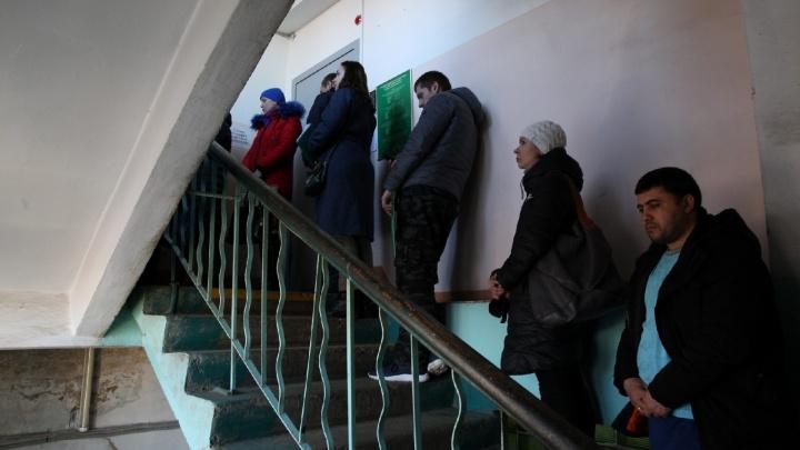 Ярославцы выстроились в очередь в три этажа к судебным приставам: что случилось