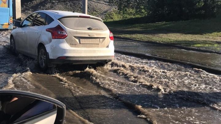 «Машины глохнут»: затопилоулицу Щербакова в районе аквапарка